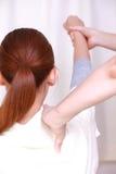 Kvinna som får chiropractic Royaltyfria Foton