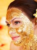 Kvinna som får den ansikts- maskeringen. arkivfoton