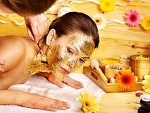 Kvinna som får den ansikts- maskeringen. Fotografering för Bildbyråer