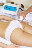 Kvinna som får elektrisk massage på bakdelar Arkivbilder
