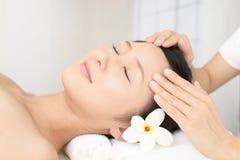 Kvinna som får en ansikts- massage royaltyfri fotografi