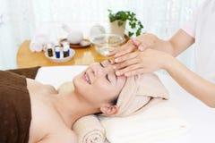 Kvinna som får en ansikts- massage royaltyfria foton