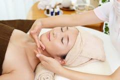 Kvinna som får en ansikts- massage arkivbild