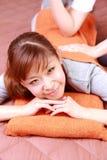 Kvinna som får en tillbaka massage  Royaltyfria Bilder