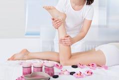 Kvinna som får fotmassage Royaltyfria Foton