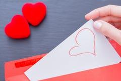 Kvinna som får från arket för kuvertpapper med föreställd hjärta Royaltyfri Bild
