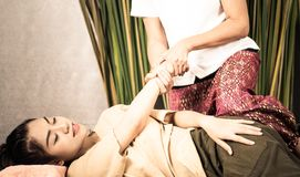 Kvinna som får handmassage i thailändsk massagebrunnsort Royaltyfri Foto
