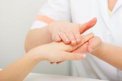 Kvinna som får handmassage på skönhetsalongen royaltyfri foto