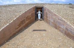 Kvinna som får in i Dolmen de Soto, Huelva, Spanien Arkivfoton