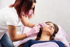 Kvinna som får injektionen i cosmetologysalongen Skönhetinjektioner royaltyfria foton