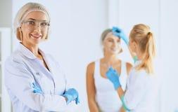 Kvinna som får injektionen skönhetinjektioner och cosmetology arkivfoton