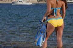 Kvinna som får klar att gå snorkla arkivfoton