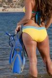 Kvinna som får klar att gå snorkla royaltyfri bild