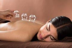 Kvinna som får kupa behandling på brunnsorten Royaltyfria Foton