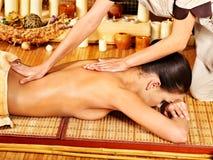 Kvinna som får massage. fotografering för bildbyråer