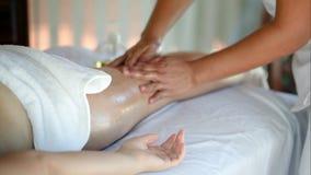 Kvinna som får massagebehandling i skönhetbrunnsort arkivfilmer