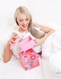 Kvinna som får presents Arkivbild