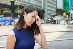 Kvinna som får sjuk på utomhus- Arkivfoton