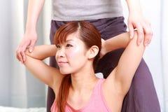 Kvinna som får thailändsk massage Royaltyfri Bild