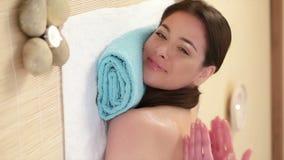 Kvinna som får tillbaka massage arkivfilmer