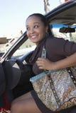 Kvinna som får ut ur bilen Royaltyfria Bilder