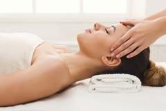 Kvinna som får yrkesmässig ansikts- massage på brunnsortsalongen arkivbild