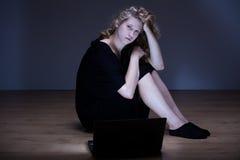 Kvinna som förödmjukas av cyberöversittaren Royaltyfri Fotografi