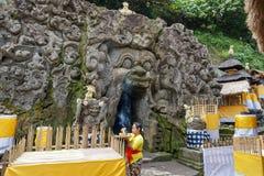 Kvinna som förbereder att erbjuda på den Goa Gajah templet, elefantgrotta, hinduisk berömd gränsmärke, Bali, Indonesien, 14 08 20 arkivbild