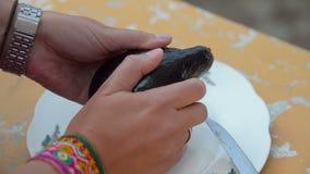 Kvinna som förbereder avokadot arkivfilmer