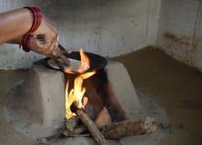 Kvinna som förbereder chapatien i traditionell väg på en trä avfyrad ugn fotografering för bildbyråer