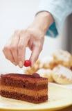 Kvinna som förbereder chokladkakan Fotografering för Bildbyråer