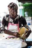 Kvinna som förbereder deg för brödmjöl royaltyfria bilder