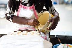 Kvinna som förbereder deg för brödmjöl royaltyfri foto