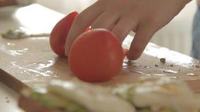 Kvinna som förbereder den sunda frukosten med avokadot på den grillade bröd, ägg och tomaten arkivfilmer