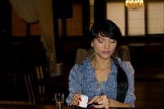 Kvinna som förbereder en salt eftersläckare royaltyfri bild
