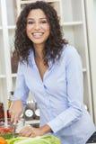 Kvinna som förbereder grönsaksalladmat i kök Arkivbilder