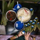 Kvinna som förbereder jordlotter för klibbiga ris Arkivfoton
