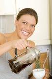 Kvinna som förbereder kaffe arkivfoto