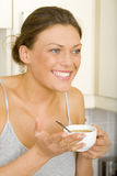 Kvinna som förbereder kaffe arkivbild