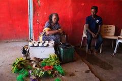 Kvinna som förbereder kaffe för turister i en traditionell väg arkivfoton