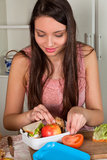 Kvinna som förbereder lunchboxen Arkivbild