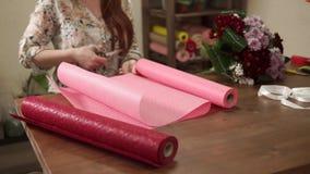 Kvinna som förbereder nytt material för garnering stock video