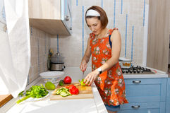 Kvinna som förbereder sallad Royaltyfri Foto