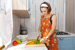Kvinna som förbereder sallad Royaltyfria Foton