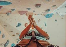 Kvinna som förbereder sig att klättra Royaltyfri Fotografi