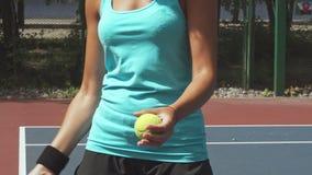 Kvinna som förbereder sig att slå tennisbollen med en racket arkivfilmer