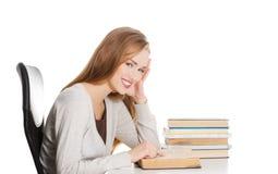 Kvinna som förbereder sig till examen Arkivfoton