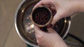 Kvinna som förbereder vattenpipabunken för att röka arkivfilmer