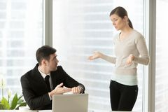Kvinna som förklarar anledning för att vara sent för arbete arkivbild