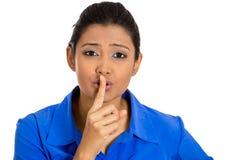 Kvinna som förlägger fingret på kanter som pekar på dig som om för att säga, shhhhh, tystnad Fotografering för Bildbyråer